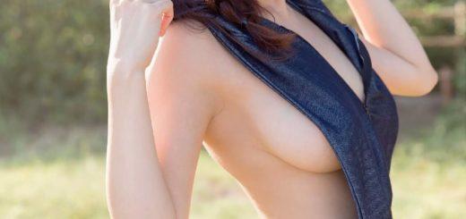【画像】こういう横乳丸見えなのに絶対乳首見えない服ってなんなん?